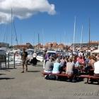 vollbesetzte Fischbuden im Hafen