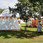 Zelte vor dem Kloster