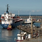 Der Tanker Viscaria wird aus dem Hafen geschleppt